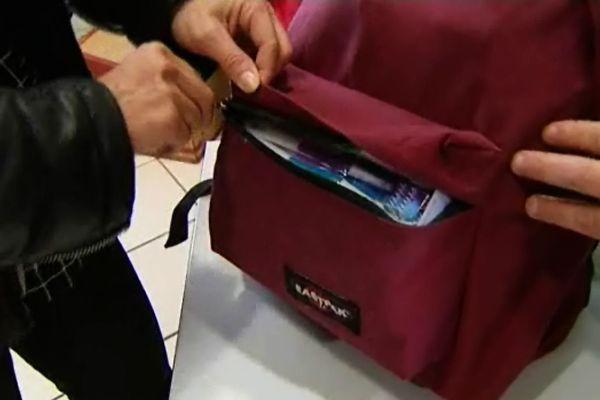 Un sac à dos, rempli de produits utiles pour les sans-abri