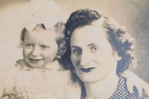 En 1943, Suzanne dans les bras de sa maman. La guerre va bientôt les séparer, pour toujours.
