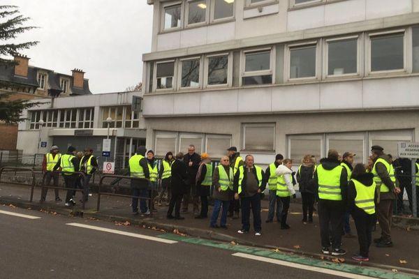 A Troyes, une quarantaine de gilets jaunes ont retardé ce jeudi matin les entrées au centre des impôts de Troyes.