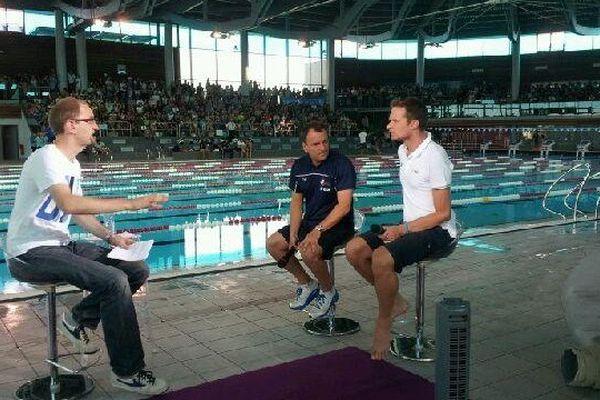 Plateau TV France 3 Bourgogne avec Théo Souman et ses invités  à la piscine olympique de Dijon pendant la préparation de l'équipe de France aux championnats du monde de natation en juillet 2013