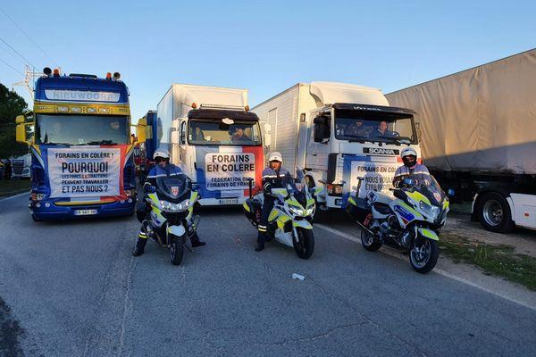 Une centaine de camions de forains bloque les autoroutes à l'entrée de Marseille pour protester contre l'annulation de tous les événements.