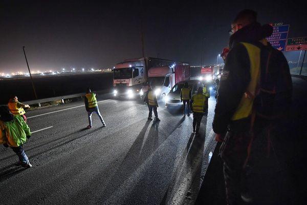 Photo d'illustration de l'A16 occupée par des Gilets jaunes, le 22 novembre.