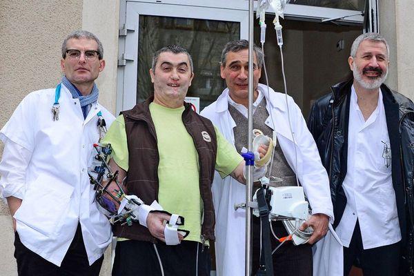 Jean-Michel Schryve est le septième greffé bilatéral des avant-bras, ici à l'hôpital de Lyon avec l'équipe médicale responsable de sa transplantation.