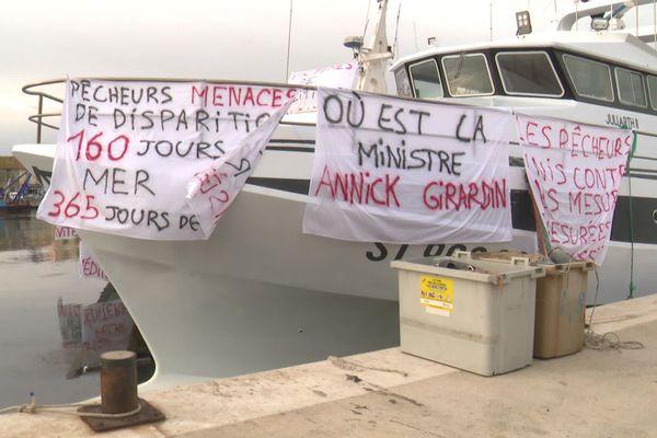 Des pêcheurs de chalutiers inquiets face à la nouvelle réduction du nombre de jours de pêche en Méditerranée actée par l'Europe, à la limite de leur seuil de rentabilité selon eux.
