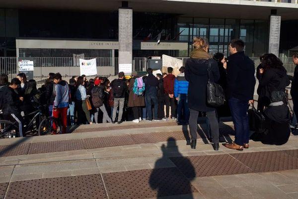 200 personnes, professeurs et élèves, étaient rassemblés ce matin devant le lycée international de l'Est parisien.