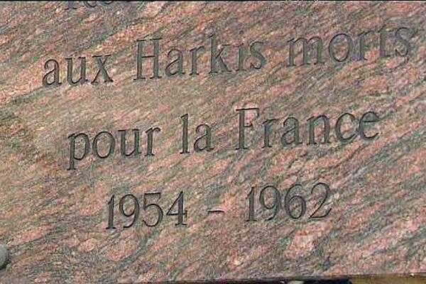 Des plaques commémoratives rappelant l'aide des harkis à la France ont été installées dans plusieurs villes de Bourgogne.