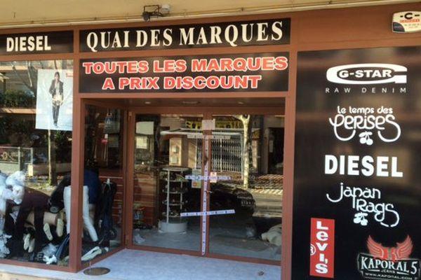Des dizaines de magasins à la Jonquera ont été mis sous scellès la semaine dernière pour trafic de contrefaçon