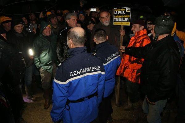 Les gendarmes ont été accueillis par 300 agriculteurs du Lot-et-Garonne. Ils n'ont pu déposer les scellés sur les engins de chantier.