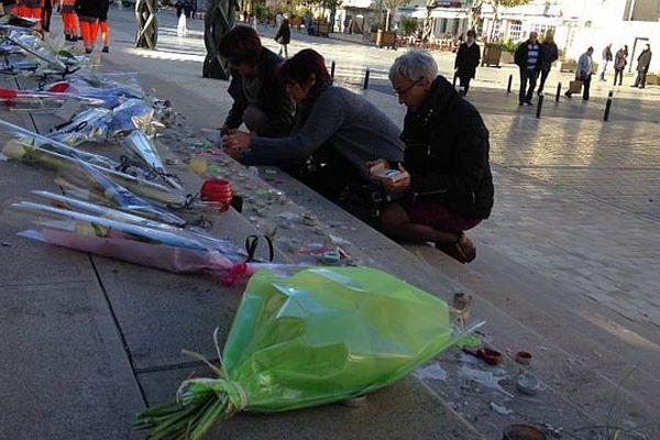 Des Chalonnais se recueillent sur la place de l'Hôtel de Ville, ce lundi 16 novembre 2015, en hommage aux victimes des attentats de Paris.