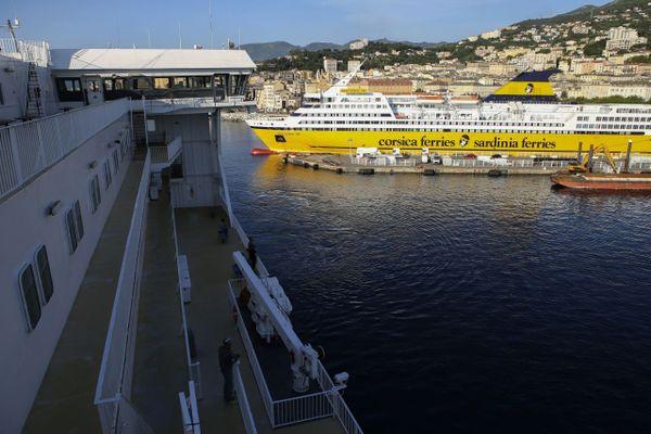 Illustration. Ferry à la manoeuvre dans le port de Bastia (Haute-Corse).