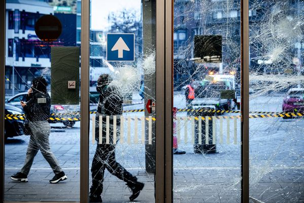 A Eindhoven, aux Pays-Bas, de nombreux manifestants se sont révoltés contre le couvre-feu, lundi 25 janvier 2021.