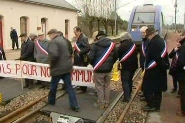 Les élus des petites communes situées sur la ligne Bourges-Nevers manifestent leur mécontentement au côté des habitants.