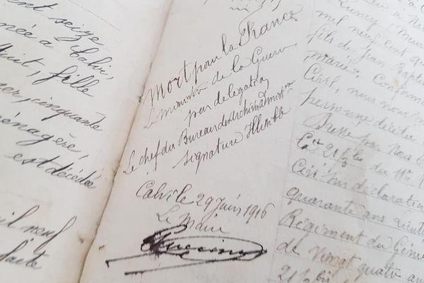 L'historien photographie des souvenirs de poilus afin d'illustrer son futur livre.