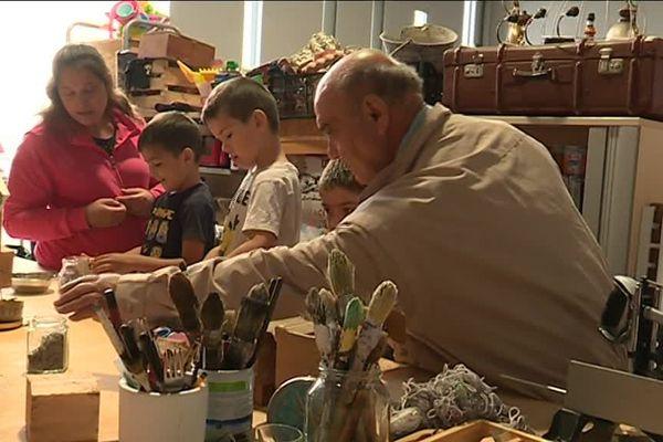 Des ateliers pédagogiques permettent d'apprendre à réparer les objets cassés du quotidien.