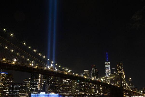 """""""Tribute in light""""... Ces deux faisceaux lumineux symbolisent les tours jumelles à New-York. Ils sont allumés, à New-York, chaque 11 septembre, pour rendre hommage aux victimes des attentats"""