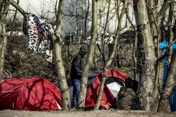 Un camp de fortune, comme il en existe plusieurs centaines à Calais depuis 30 ans.
