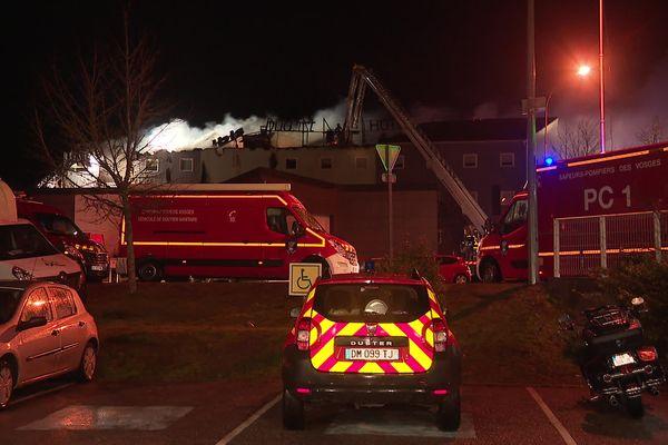 Soixante pompiers et une vingtaine de véhicules ont été engagés pour venir à bout de l'incendie.