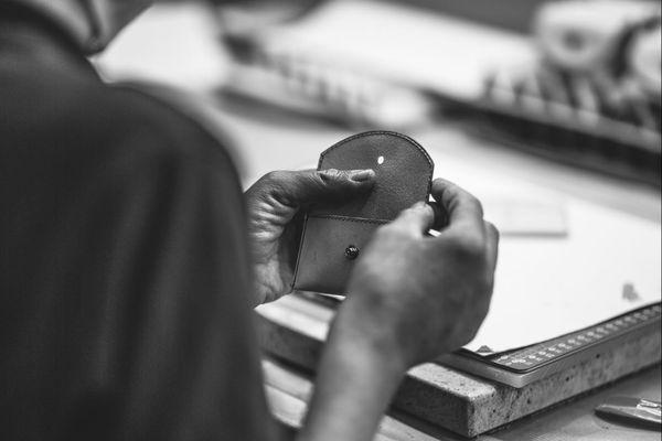 Création de porte-cartes dans l'atelier cuir de l'ESAT de Cravanche