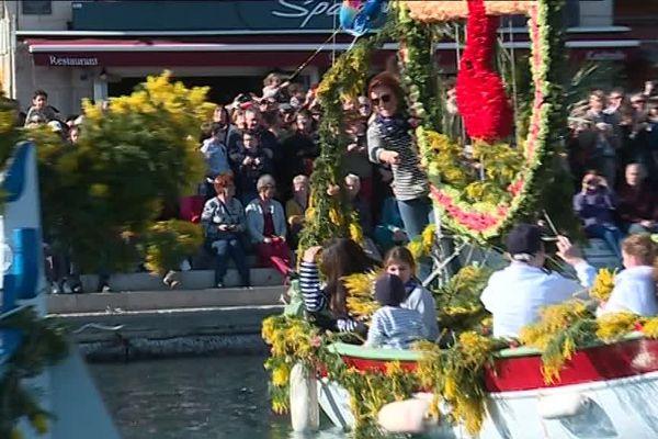 Le public est toujours nombreux sur les quais pour admirer les bateaux fleuris.