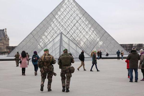 Militiare au Louvre (illustration) © Maxppp - Olivier Boitet