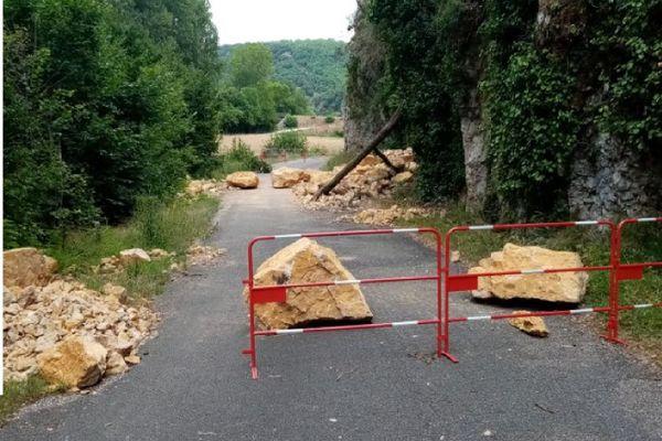 La route communale coupée entre le lieu-dit Pasturat et Saint-Géry, dans le Lot