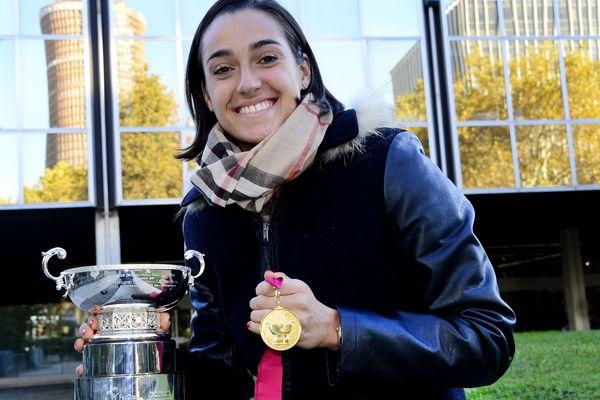 La tennis women avec la médaille et la coupe après la victoire de la Fed cup en 2019