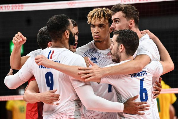 Malgré leur défaite contre les Brésiliens ce dimanche matin, les volleyeurs français se qualifient pour les quarts de finale, une première dans l'histoire des Bleus aux JO.