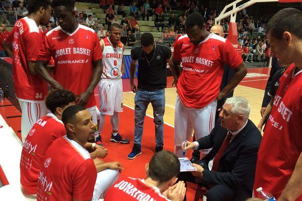 L'équipe de Cholet Basket autour du coach Philippe Hervé