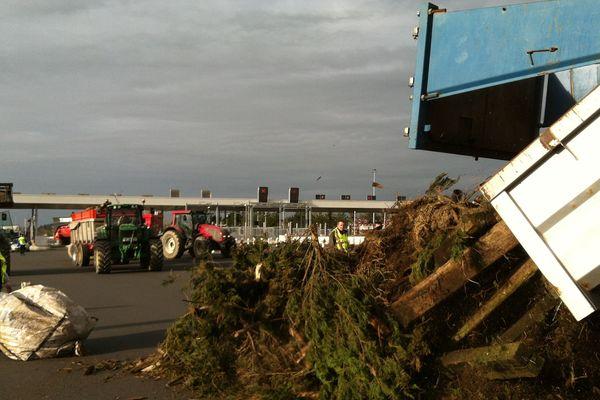 Les agriculteurs prennent position au péage d'Ancenis le mercredi 27 janvier 2016