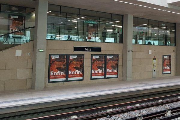 """16/12/2019. Ouverture de la station de métro Gèze avec cinq ans de retard, saluée par un """"Enfin!"""" sur la campagne d'affichage de la métropole Aix-Marseille."""