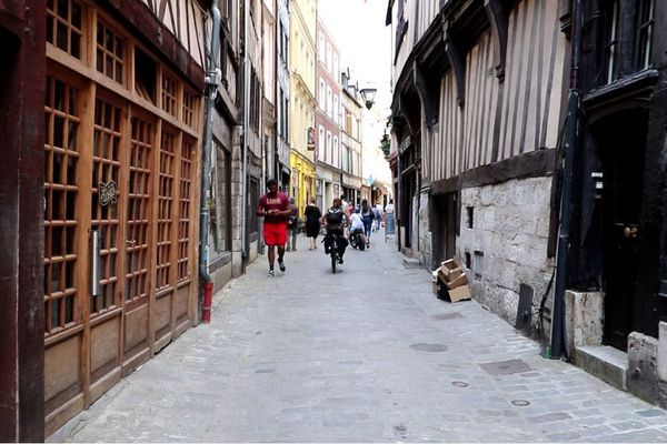 Le Petit Bar est situé rue Damiette, trop étroite pour avoir l'autorisation d'y installer une terrasse.