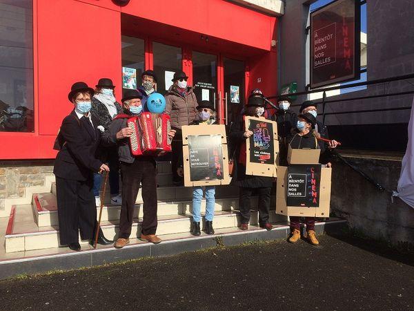les bénévoles du Cinéma Le Beaulieu à Bouguenais (44) manifestent au son de l'accordéon pour la réouverture des salles de cinéma la 14 mars 2021