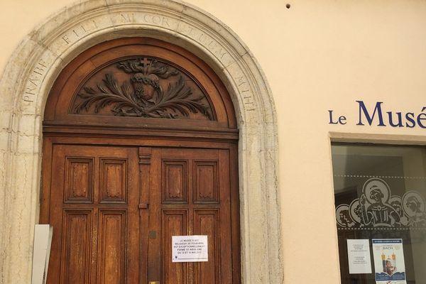 Les visiteurs ont trouvé porte close ce matin après le vol spectaculaire dont a été victime le Musée de Fouvière.