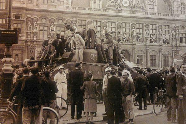 Un char devant l'Hôtel de Ville, le 25 août 1944.