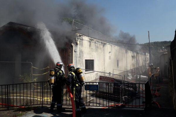 Une quarantaine de sapeurs-pompiers intervient au Vigan dans le Gard pour l'incendie d'un magasin - 14/09/2020