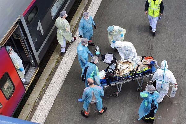 Les uns après les autres les malades Covid-19 sont évacués du TGV médicalisé en Gare de Bordeaux Saint-Jean