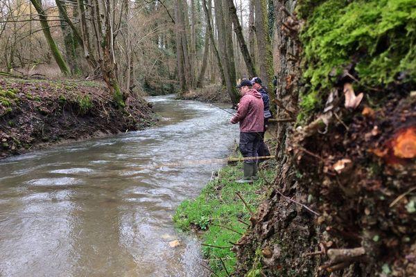 Jonathan et Yannick, membres de la société de pêche de la Goutelle, dans les Ardennes
