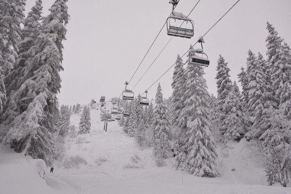 Le gouvernement doit annoncer mercredi 6 janvier sa décision de maintenir fermé ou pas les remontées mécaniques des stations de ski des Pyrénées.