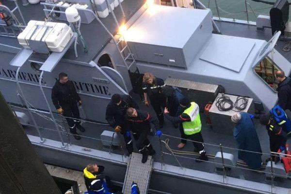 Les migrants ont été débarqués à Boulogne-sur-mer pour être remis à la Police de l'Air et des Frontières.