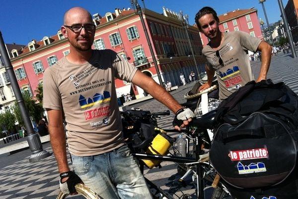 Camille et Vincent ce matin place Masséna à Nice : ils ont mis dix mois pour faire 20 000 kilomètres