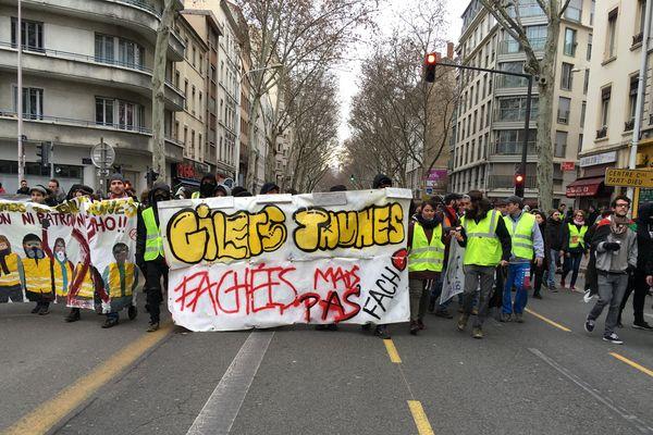"""Malgré l'opposition aux fascisme brandit sur cette banderole, des groupes d'ultra-droite étaient infiltrés dans le cortège de """"gilets jaunes"""" ce samedi 9 février."""