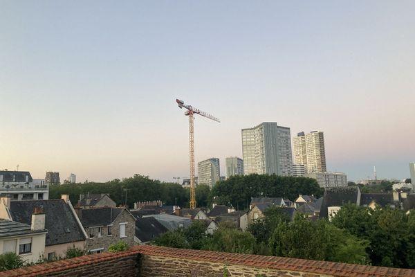 C'est à 60 m de hauteur sur cette grue d'un chanter de construction d'un immeuble du centre-ville de Rennes, qu'un homme était monté ce mercredi matin