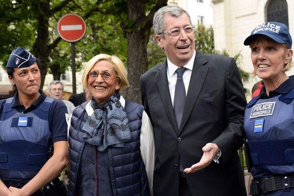 Les époux Balkany avec des membres de la police municipales à Levallois-Perret (Hauts-de-Seine), le 7 mai 2015.