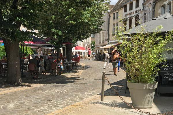Qu'elles soient payantes ou gratuites pour les propriétaires, les terrasses attirent toujours les clients. Ici, la Place Carnot à Beaune.