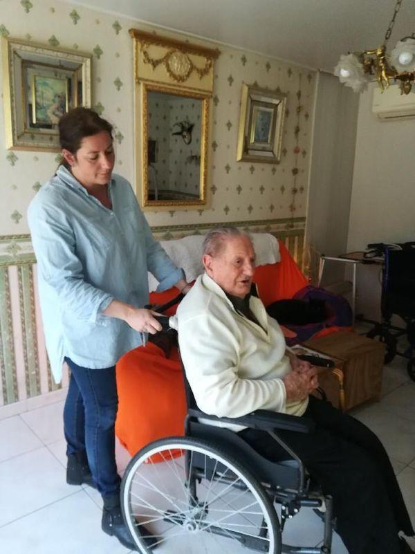 Emilie s'occupe de cinq personnes âgées par semaine.