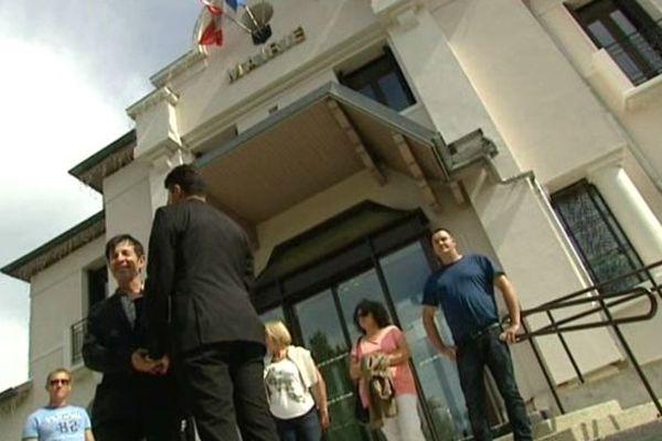 Dominique et Mohammed posent devant la mairie, pour la forme, car leur mariage n'aura pas lieu.