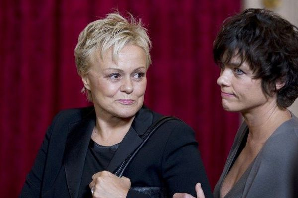 Le 10 septembre 2012, Jacqueline Marot (née Sauvage) tue son mari dans leur maison de La-Selle-sur-le-Bied (Loiret) dans le Gatinais, après avoir été victime de violences conjugales pendant plus de 37 ans. Muriel Robin interprète son rôle dans un téléfilm. La comédienne a été marqué pendant le tournage.