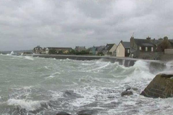 Les épisodes tempétueux se poursuivent. Les côtes du département de la Manche en vigilance orange (archives : Saint-Vaast la Hougue, 23 décembre 2013)