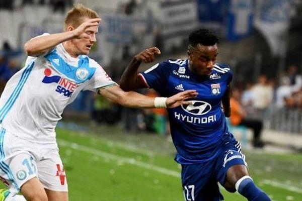 Le Lyonnnais Maxwel Cornet aux prises avec de défenseur de l'Olympique de Marseille Tomas Hubocan.