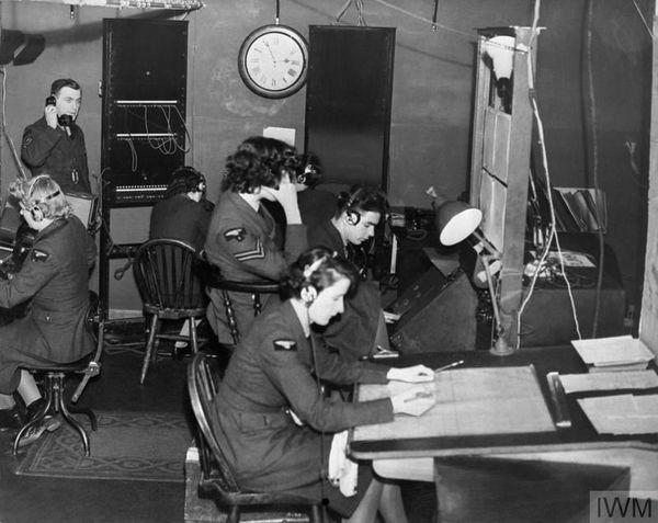 Les opératrices radar de la Women's Auxiliary Air Force (WAAF) à Ventnor, sur l'île de Wight, pendant la Bataille d'Angleterre en 1940.